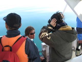3-4 船上からおろした水中マイクでクジラの鳴音を確認する、さかまた組メンバー .jpg
